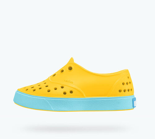 Side view of Miller Child in Groovy Yellow / Surfer Blue